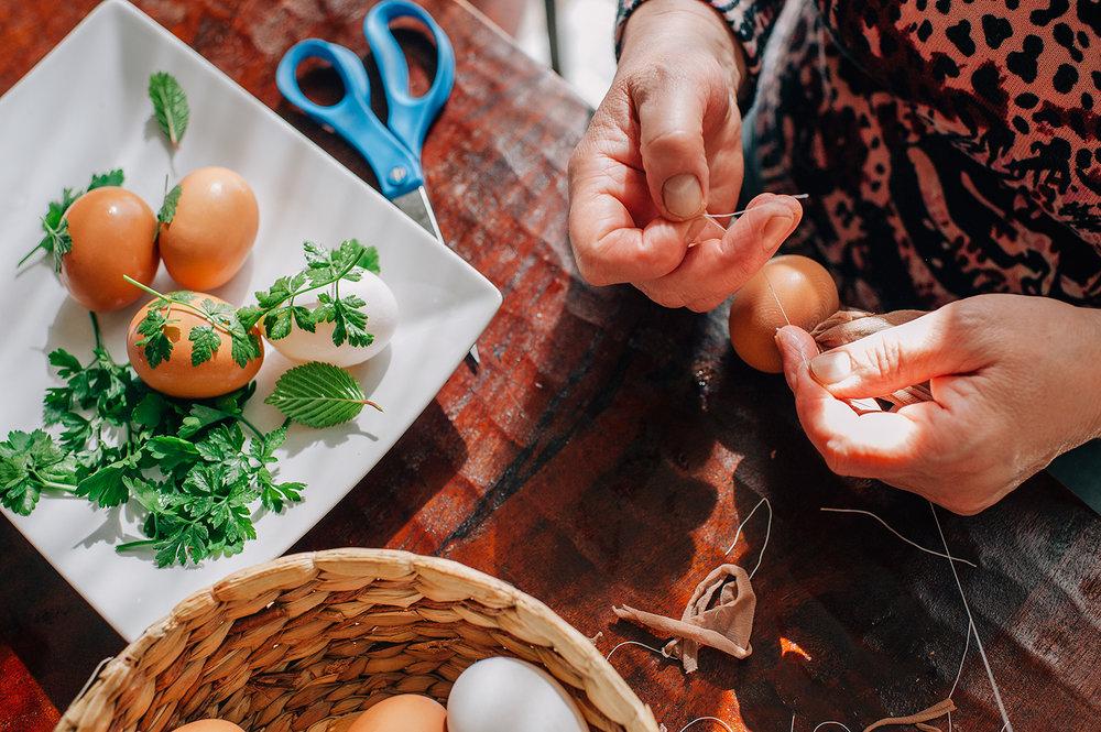 easter-eggs-organic-dye-onion-peels-elena-wilken15.jpg