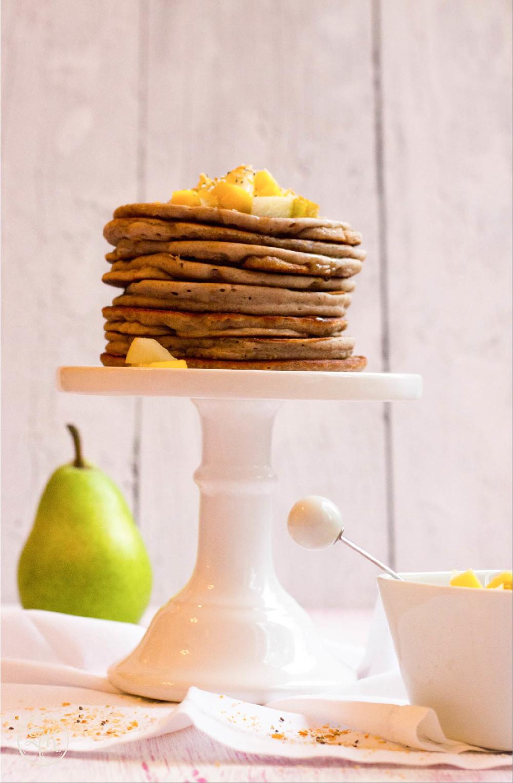 vegane und glutenfreie Pancakes mit Obstsalat-Topping