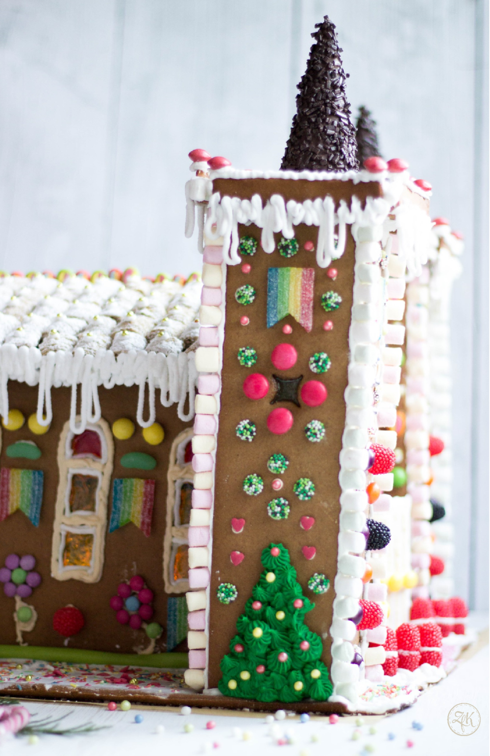 Lebkuchenkirche mit allerlei Süßigkeiten verziert