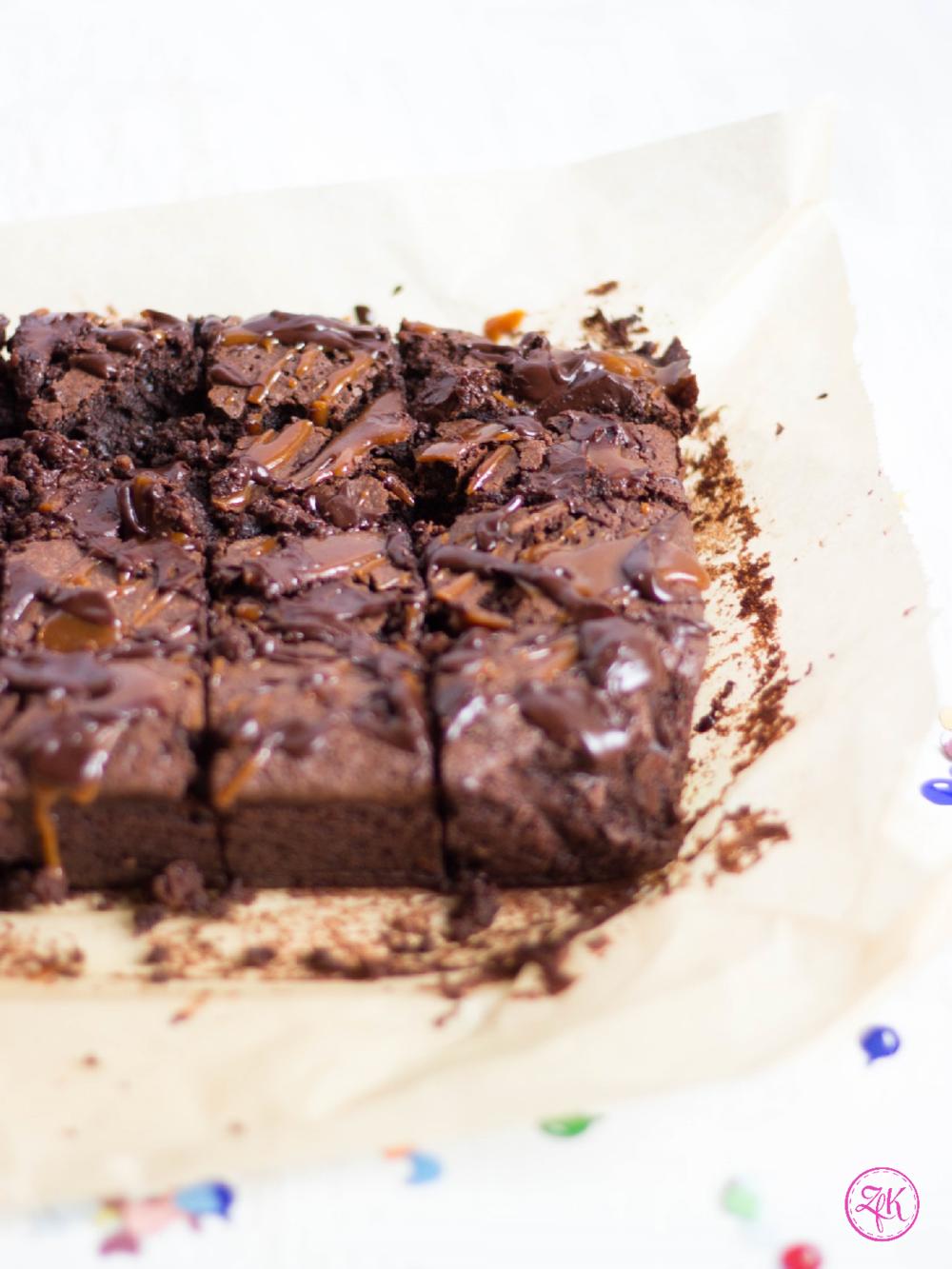 Brownie mit Schokolade, Karamell & Nüssen