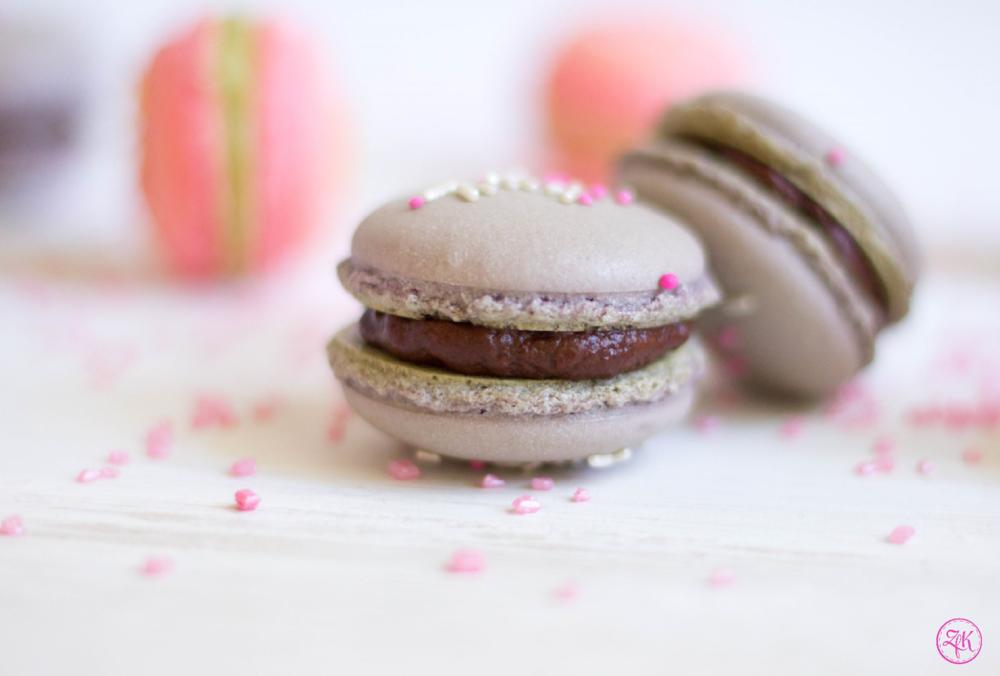 Fertige Macaron-Schalen mit zartbitterer Schokoladen-Ganache