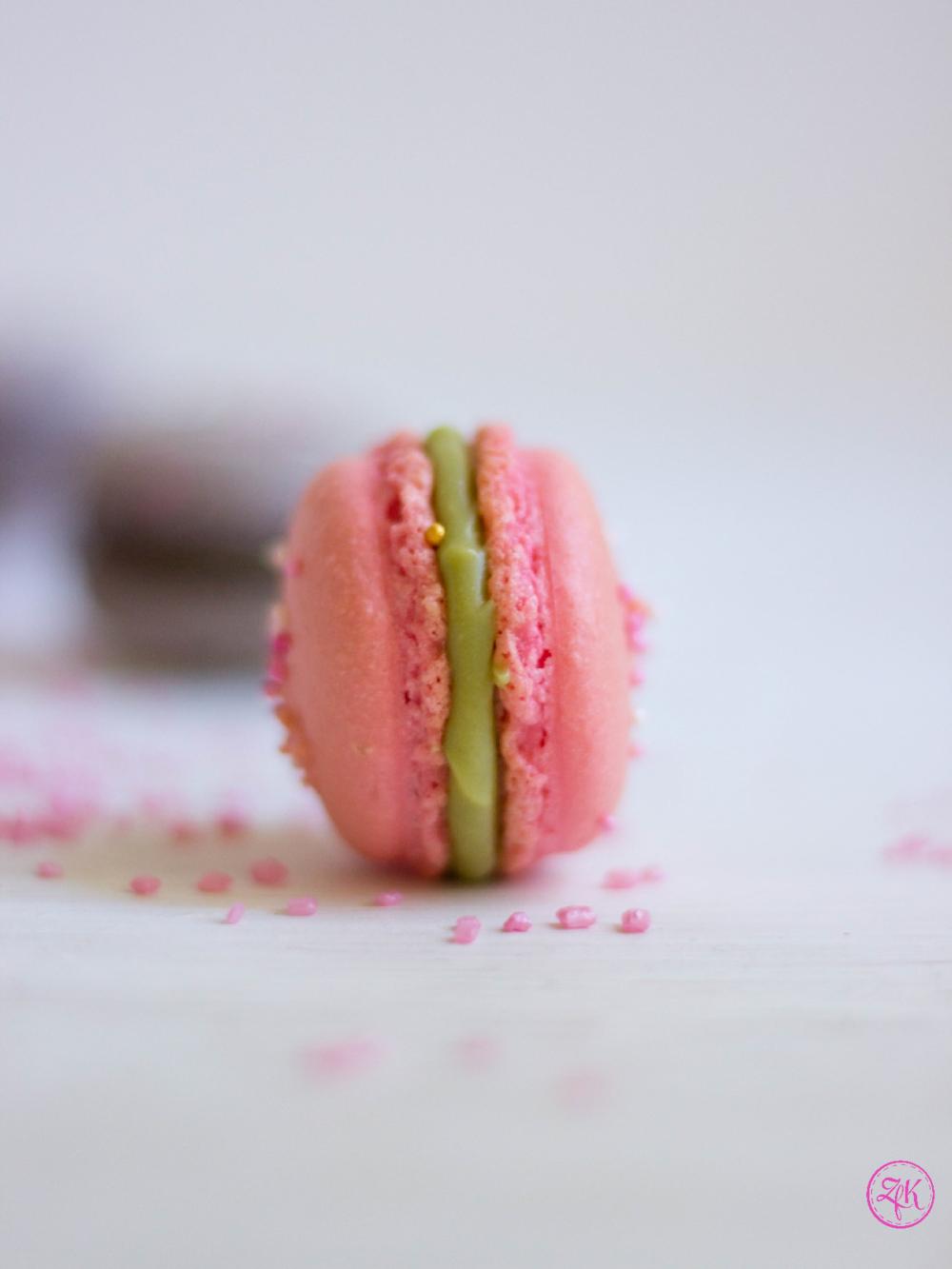 Weiße Schokolade und eine Matacha-Sahne bilden die wunderschön grüne Ganache, die diesen Macaron vollendet