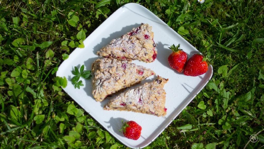 Erdbeer-Biscuits mit Schokolade und Mandeln
