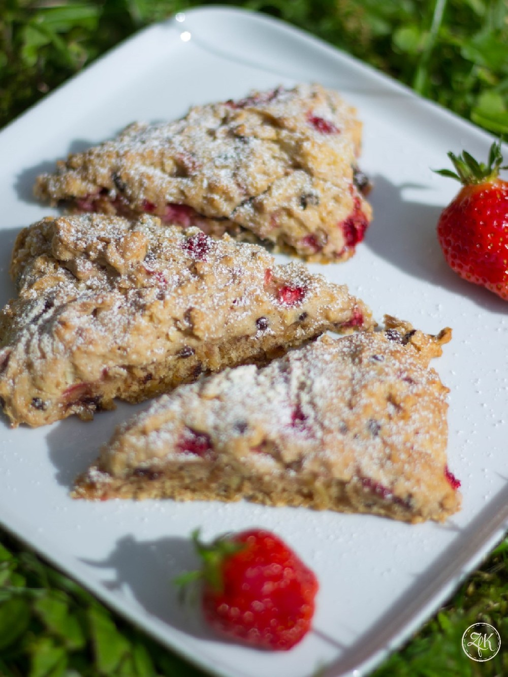 Biscuits, dieses Mal mit Erdbeeren, Schokolade und Mandeln