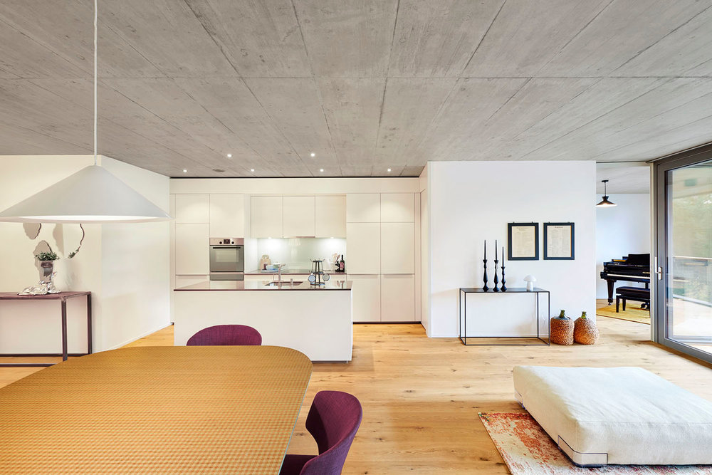 Wohnzimmer, Teppich TIBEY COLLECTION Kepenek Zurich, Tisch TAVOLARTE Strasserthun, Pendelleuchte LAVIN Atelierpfister