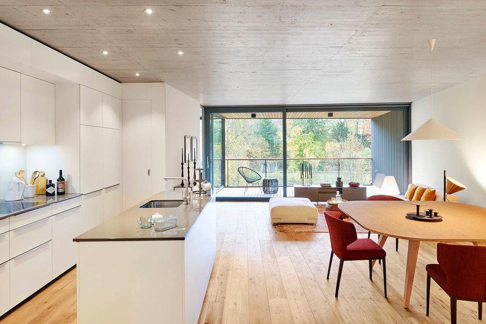 Wohnzimmer, Teppich TIBEY COLLECTION Kepenek Zurich, Tisch TAVOLARTE Strasserthun, Leuchten LAVIN Atelierpfister
