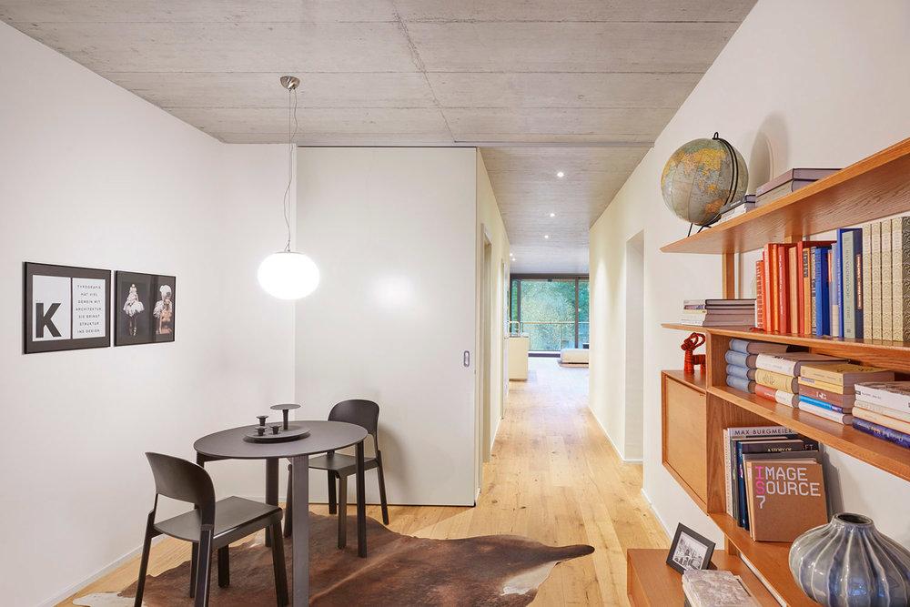 Bibliothek, Stühle JUPPA Atelierpfister, Holztisch PROTOTYP Atelierpfister