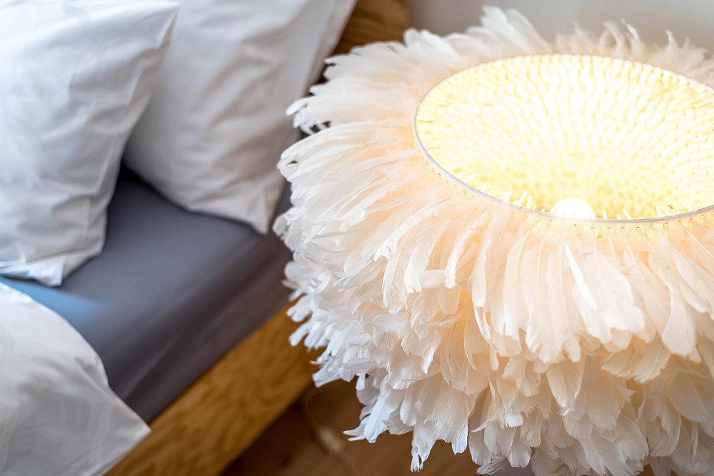Schlafzimmer, Bett ESSENZIALE PINO Dormire Pedano, Stehleuchte FEATHER Rost & Gold Zürich, Bettbezüge PALACE Schlossberg Textil