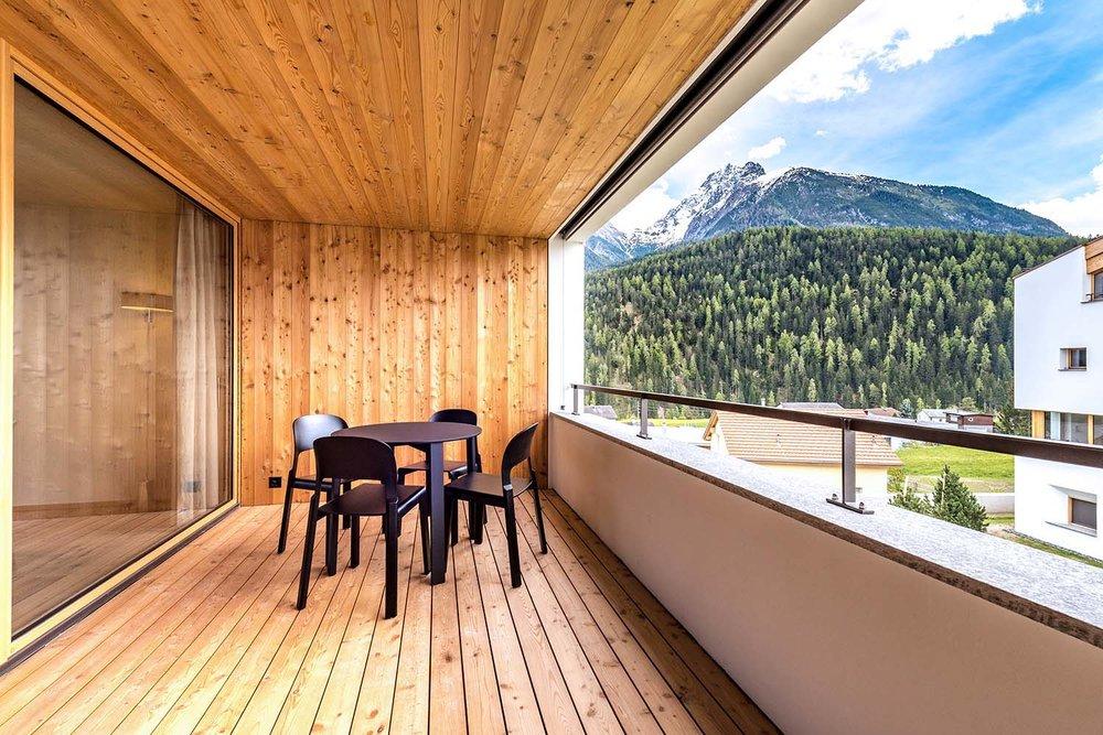 Balkon, Holzstühle JUPPA Atelierpfister, Holztisch PROTOTYPE Atelierpfister