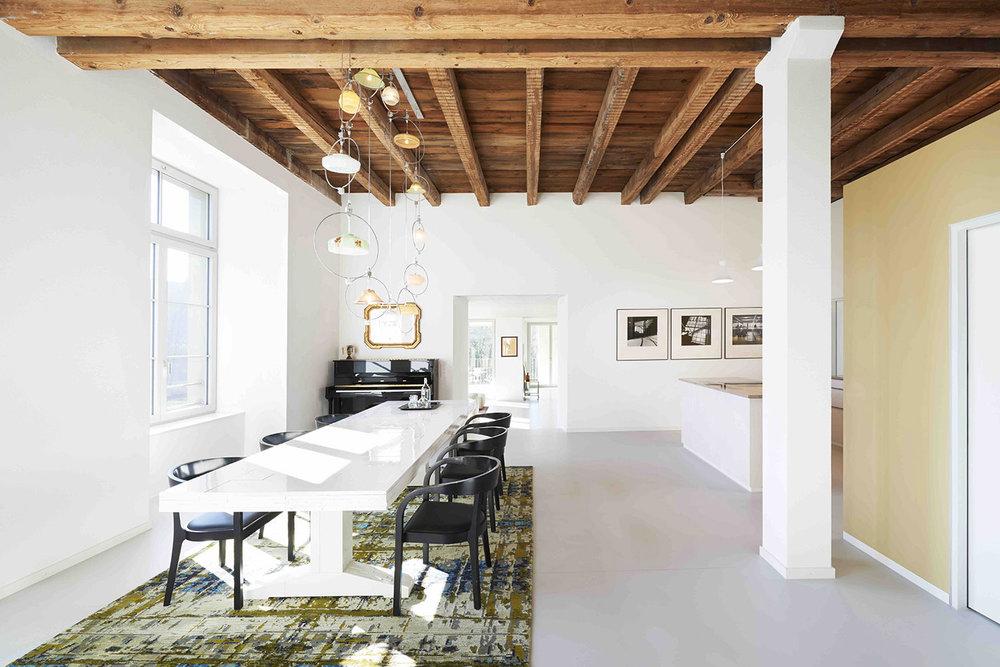 Loft Spinnerei, Wohnzimmer, Tisch Piet Hein Eek, Klavier, Lampe Piet Hein Eek, Teppich Mischioff