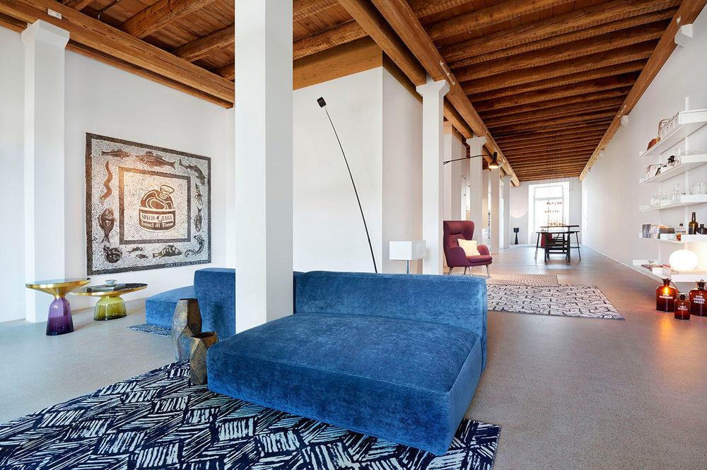Home Staging, Musterloft, Wohnzimmer, Sofa Zanotta Pianoalto, Teppich Schönstaub, Sessel Fritz Hansen