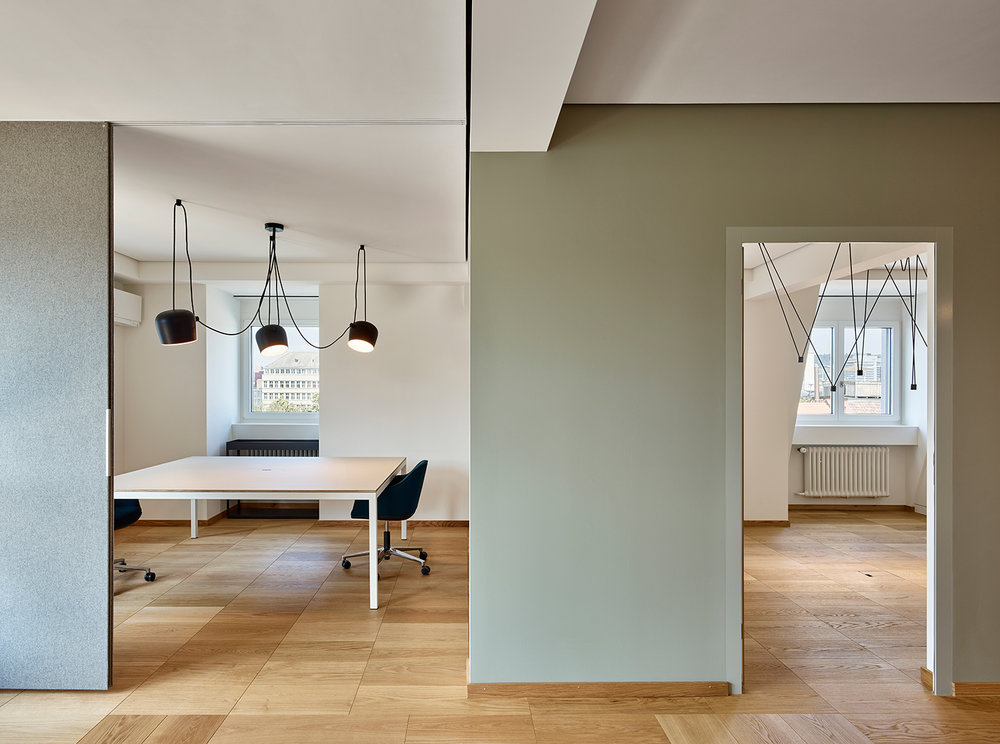 Bürogestaltung, Büroräume, Leuchte Vibia, Wandfarbe Farrow and Ball