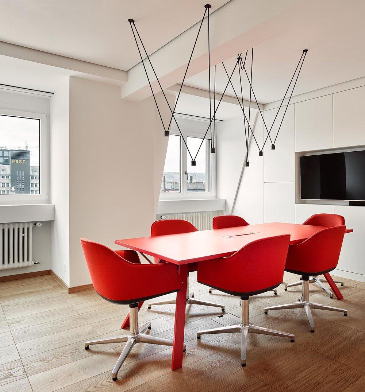 Bürogestaltung, Sitzungszimmer, Bodenbelag Bauwerk, Leuchte Vibia, Tisch Inno, Stuhl Vitra