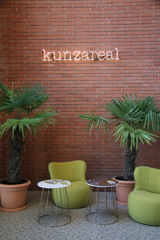 Sitzecke im Foyer, Sessel Freistil 173 Rolf Benz, Beistelltisch MARBLE Pfister,Seletti Leuchtschrift