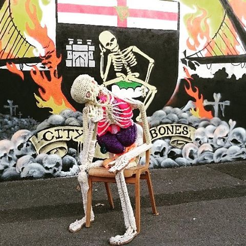 Even the skeletons are creative in Derry #DERRYcreatives #lovetoPAINT #lovetoKNIT #artsNI