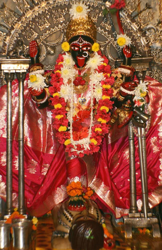 Bhavatārinī Kālī (parada sobre Śiva) plasmada en Dakshineshwar. Una de las muchas formas de Kālī, la diosa Tántrica prototípica, aunque sólo esta versión bengalí es popular hoy en día.