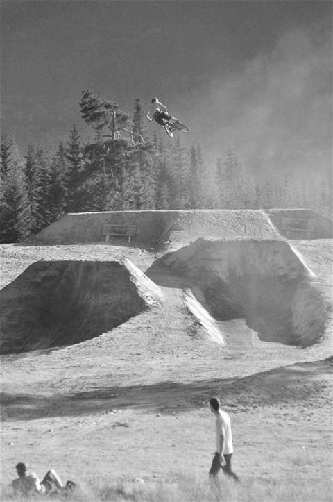 Trond Hansen cruising over the 60 footer Photo: Espen Rudi
