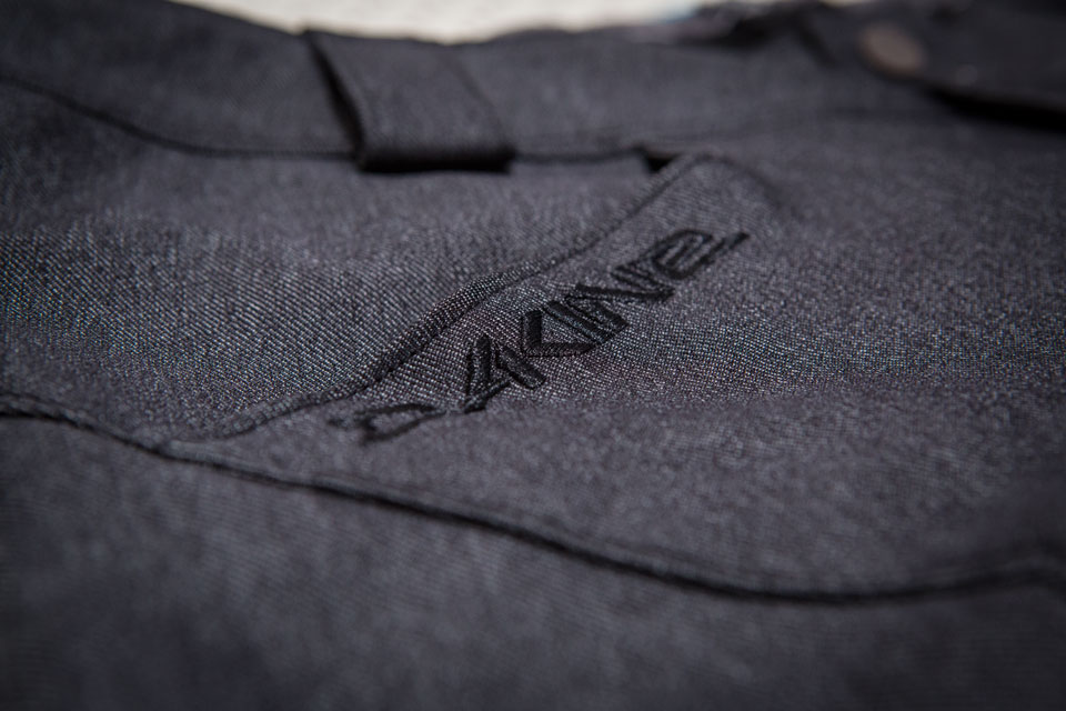 dakine-shorts-logo