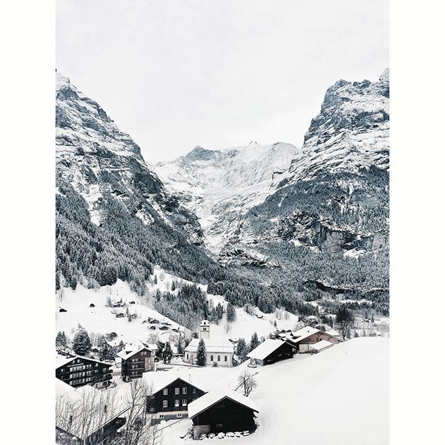 Goodmorning mountains!  Today's 'office' view is not bad at all! 🙌🏻 #intothemountains #mountainview #officeview #feelinglucky #swiss🇨🇭 #picoftheday #workplace #grindelwald #ig_switzerland #exploreswitzerland #switzerlandwonderland #goexplore #ihavethisthingwithmountains #welltravelled #ig_mountains #mountainlove #whiteeverywhere #snow #snowview #haveagreatday #bergh