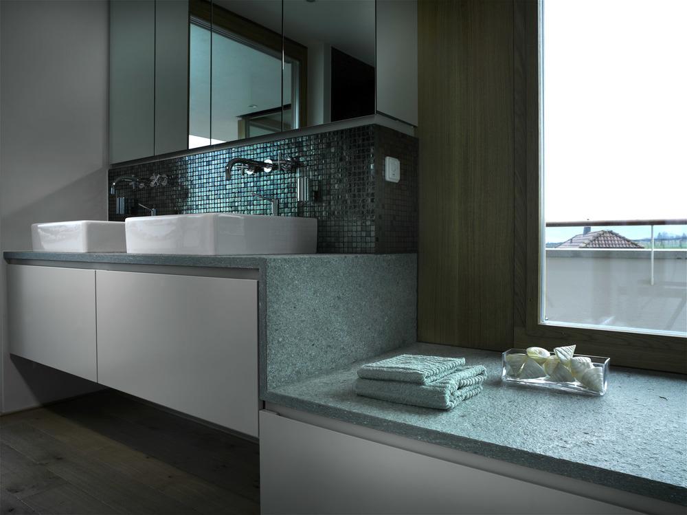 Der Einsatz von Naturstein im Bad, verleiht dem Raum Charakter.