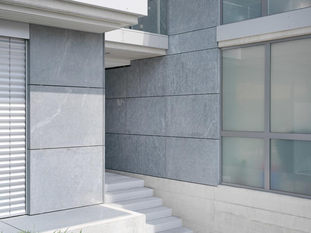 Der Eingangsbereich in Naturstein wirkt stilvoll.