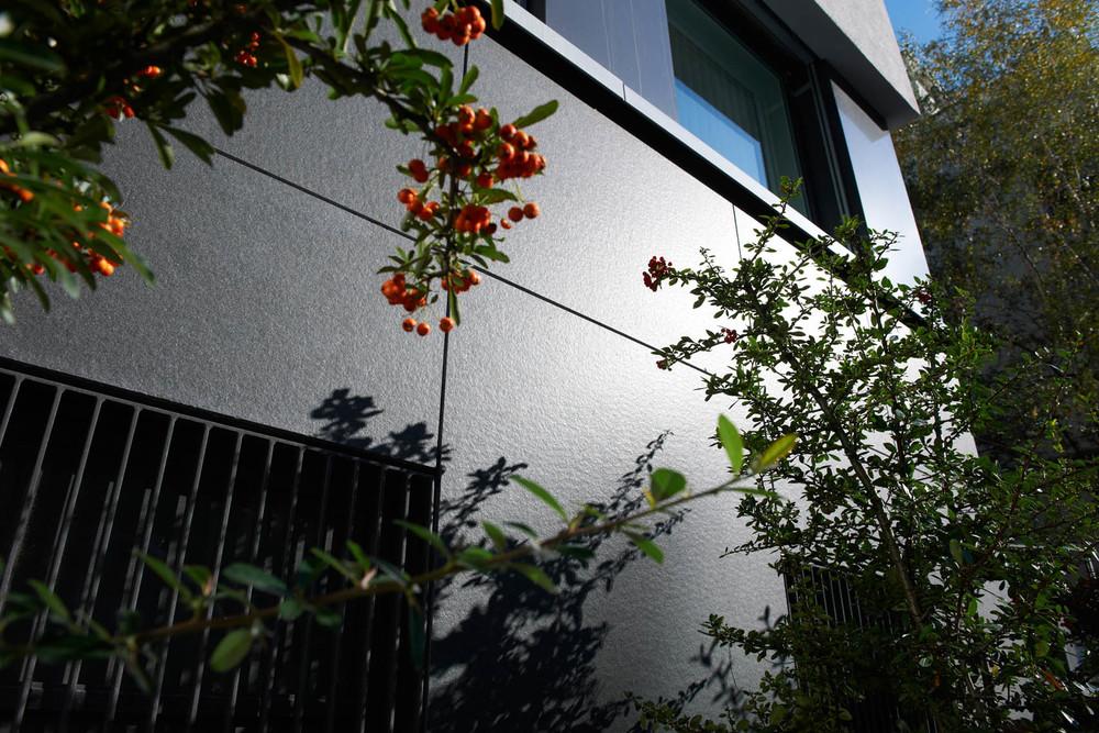 Die Umgebung einer Fassade bestimmt die Wirkung von Naturstein massgeblich mit.