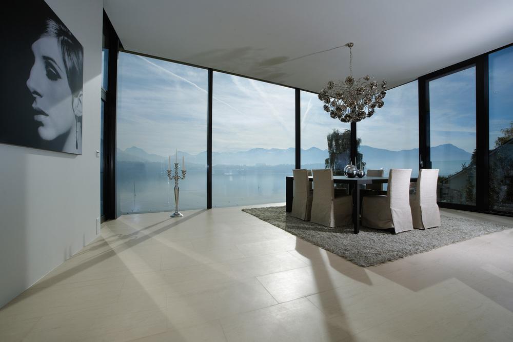 Der Natursteinboden lässt den Raum hell und grosszügig wirken.