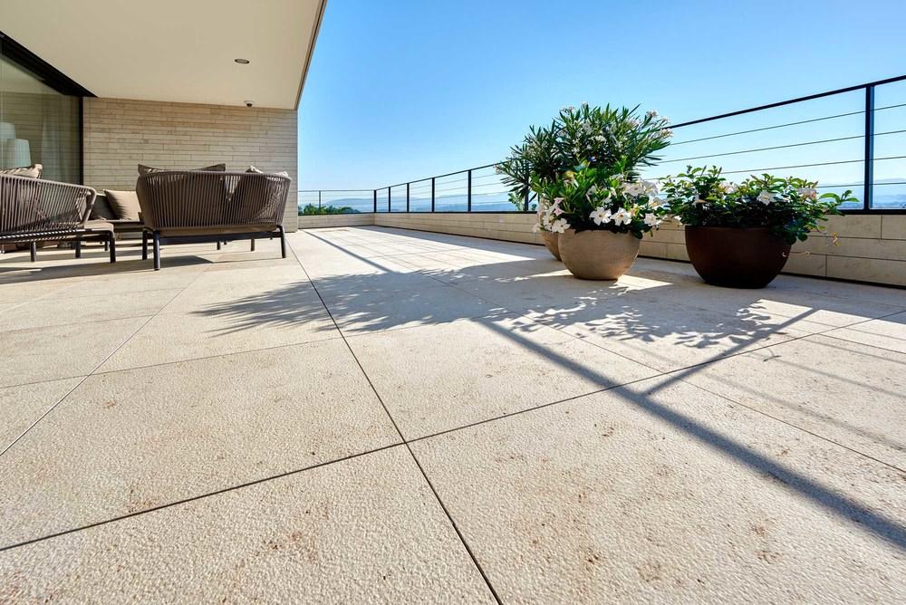 Natursteinplatten können auch im Terrassenbereich eingesetzt werden.