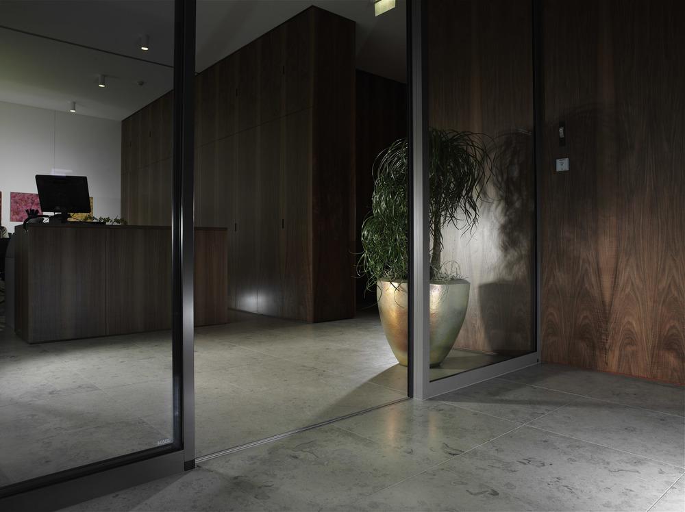 In einer Eingangshalle wirkt ein Natursteinboden kompetent und elegant.