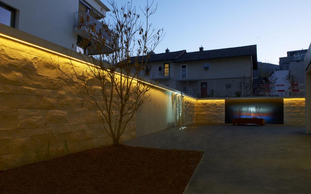 Die passende Beleuchtung der Mauer verleiht dem Naturstein einen künstlerischen Aspekt.