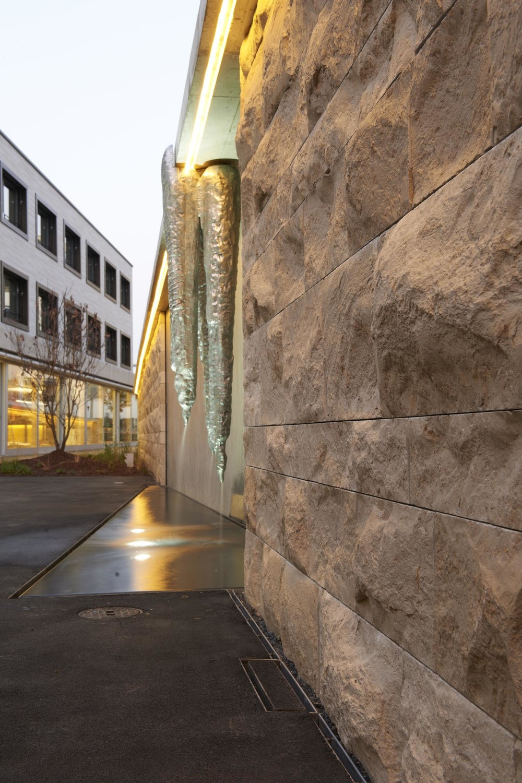 Die Natursteinmauer wirkt stilvoll und elegant.