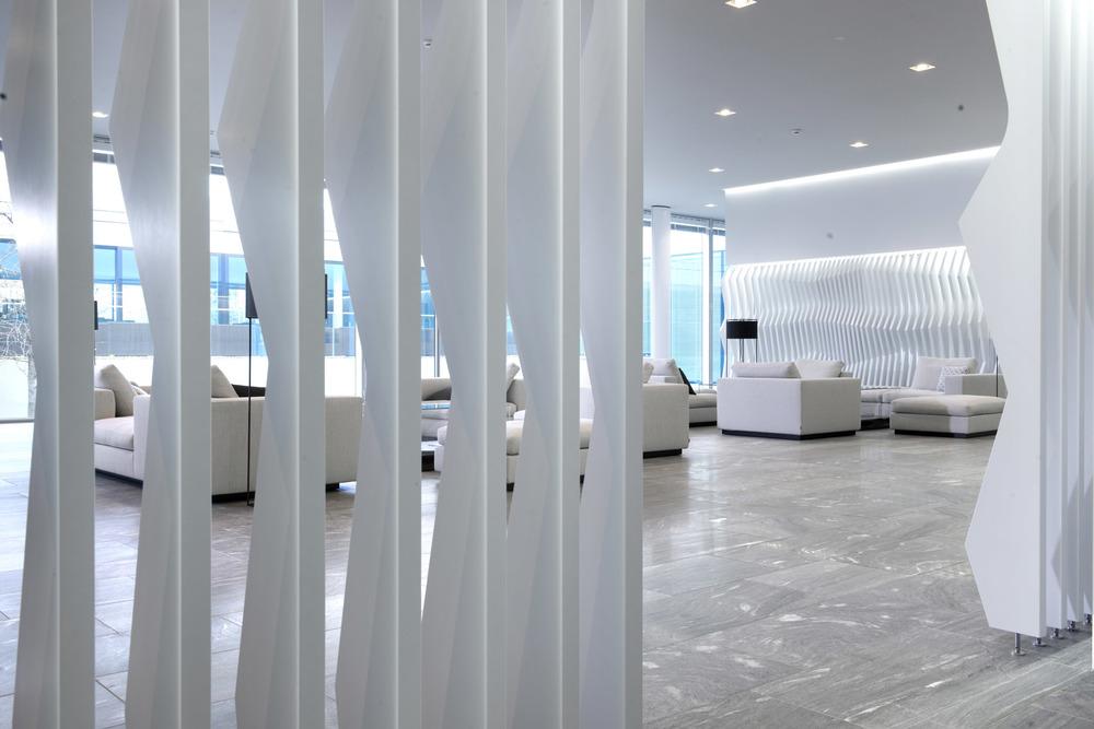 Naturstein in der Eingangshalle wirkt hochwertig und modern.