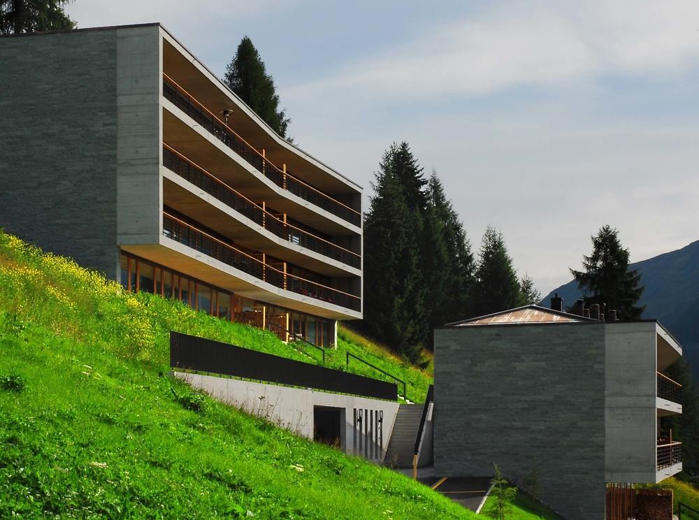 Die Fassaden aus Naturstein überzeugen im muralen Look.