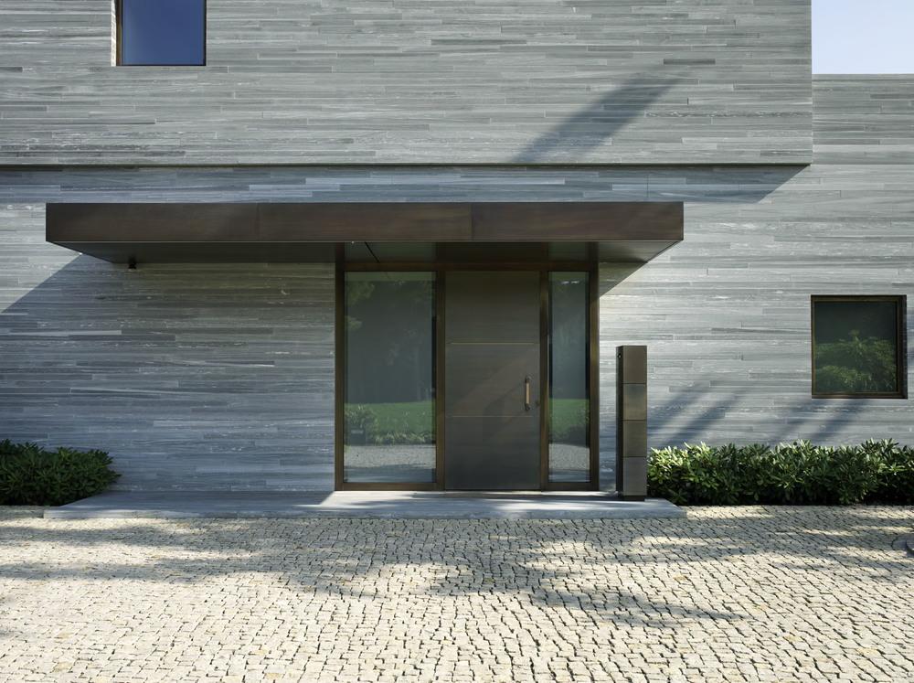 Frontseite des Hauses in Naturstein