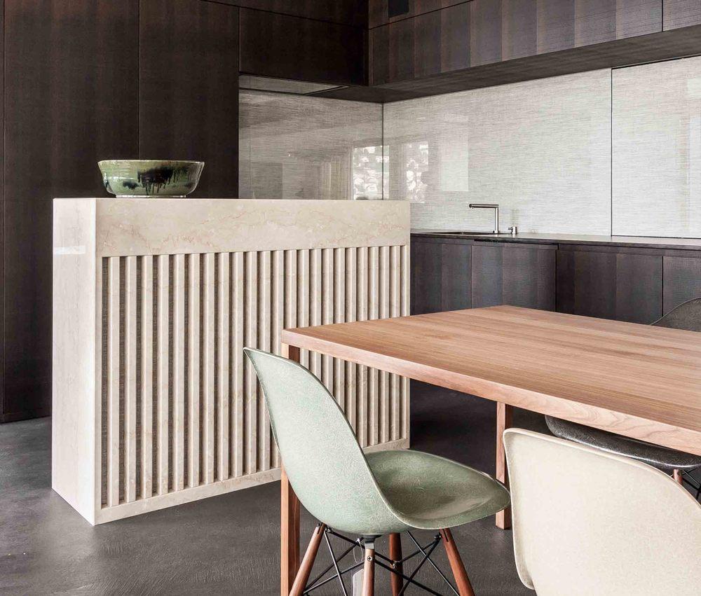 Hinterleuchtete Kücheninsel aus Naturstein