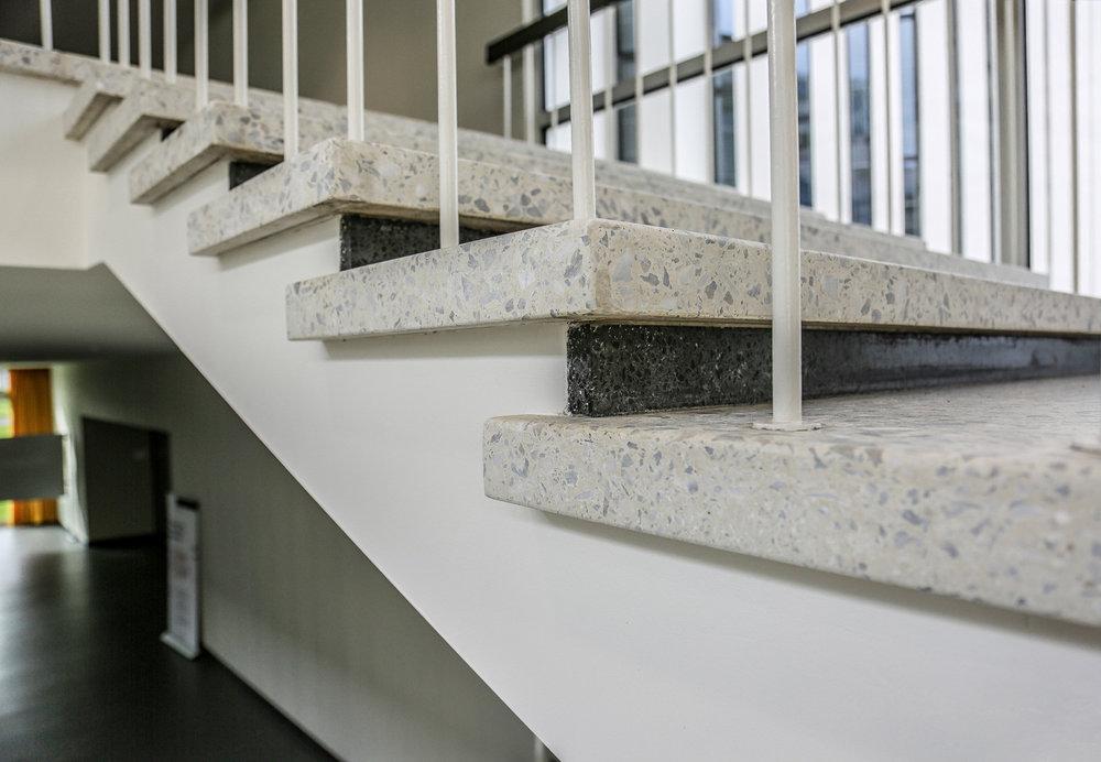 Treppen und Boden in Schulhaus aus Kunssteinun