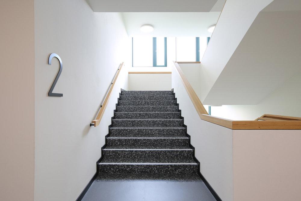 Treppen und Boden in Schulhaus aus Kunststein