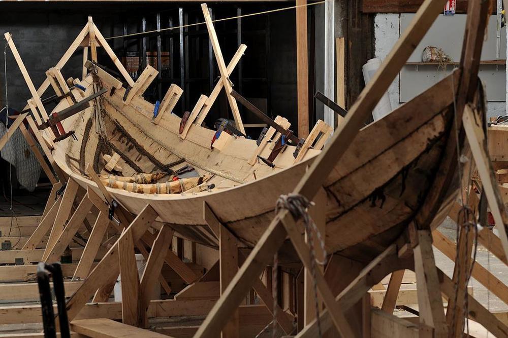 https://lejournal.cnrs.fr/diaporamas/gyptis-le-bateau-cousu-main    http://protis.hypotheses.org/category/bibliographie      http://ccj.cnrs.fr/spip.php?article1646    Gyptis, réplique d'une barque antique de pêche, est prête à reprendre la  mer après un hiver passé au sec. Flash-back sur sa fabrication, sans  clou ni vis, grâce à des spécialistes en archéologie expérimentale qui  ont reproduit les gestes et le savoir-faire des charpentiers grecs de  l'époque.           Posted by Dos Mares