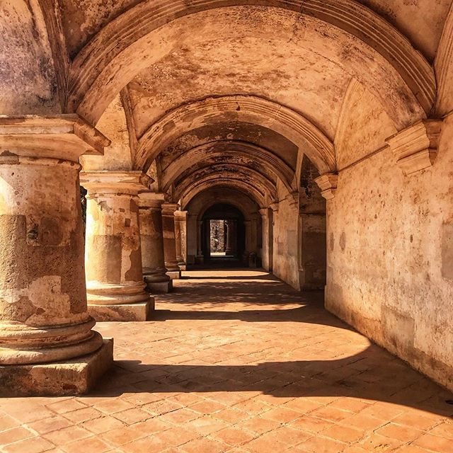 Golden light doing magical things in ancient places ✨ _______________________________ #antigua #guatemala #convent #tour #history #sunlight #arches #travel #traveltuesday #wander #wanderlust #travelmore #ichosetowander #theconstantlycurious #abmtravelbug