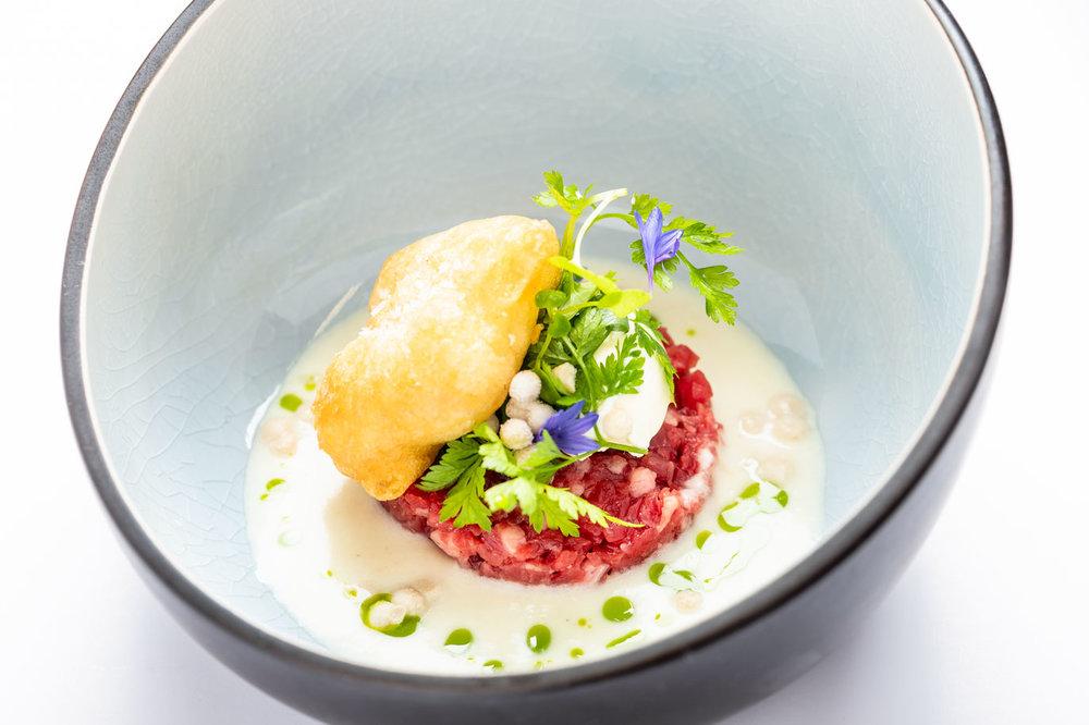 Tartaar van West-Vlaams rood, beignet van Ostendaise-oester, oesterparels en zure room - … ,Schaaldieren