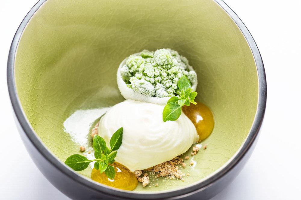 Yoghurtwolk, amandelcrémeux met olijfolie en basilicum -