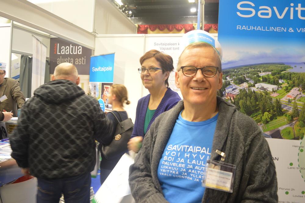 Kunnanjohtaja Iso-Mustajärvi ja vaimonsa kanssa Savitaipaletta markkinoimassa..JPG
