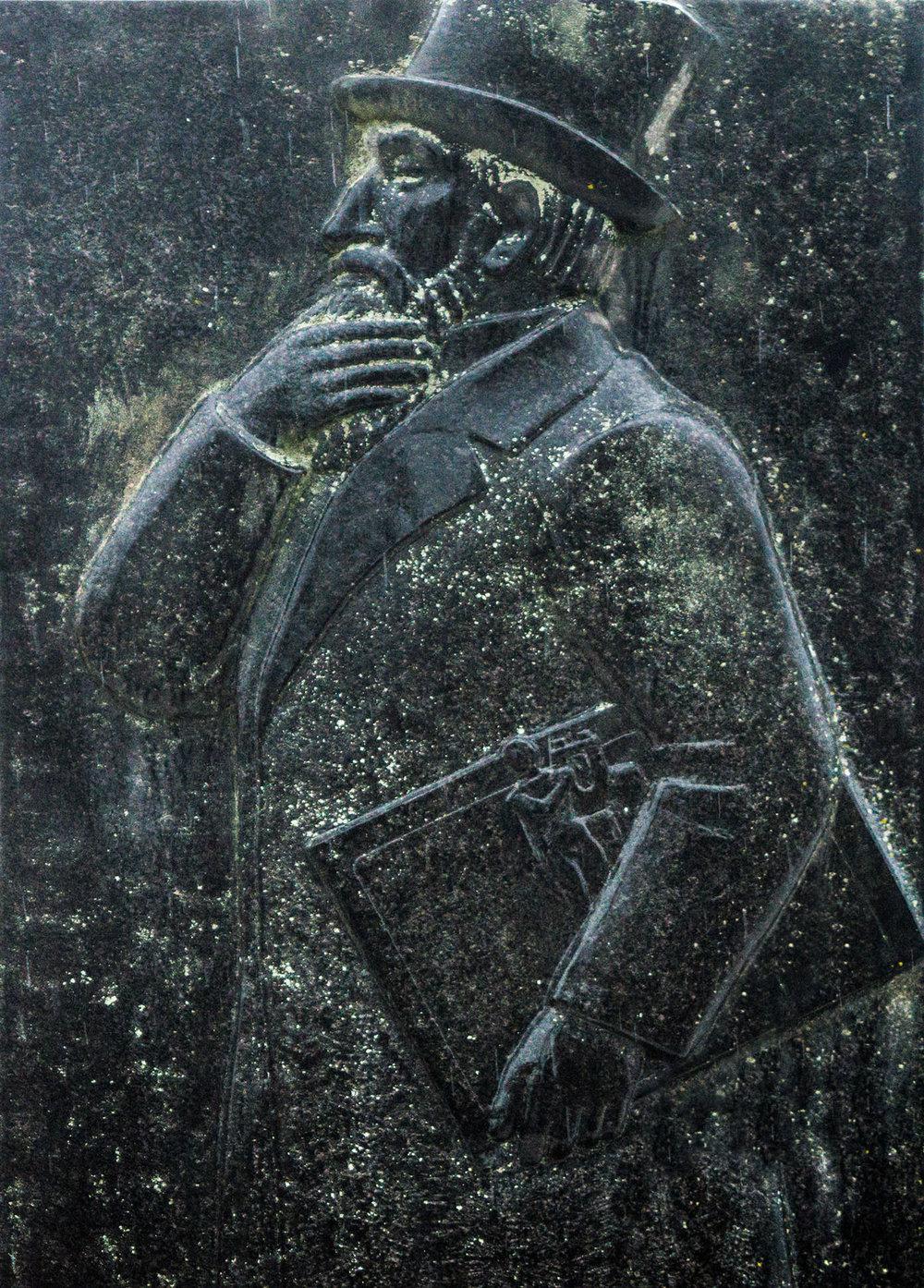 Mustomerkki Savitaipaleen Europaeus-aukiolla, seurakuntatalon ja kirkon läheisyydessä