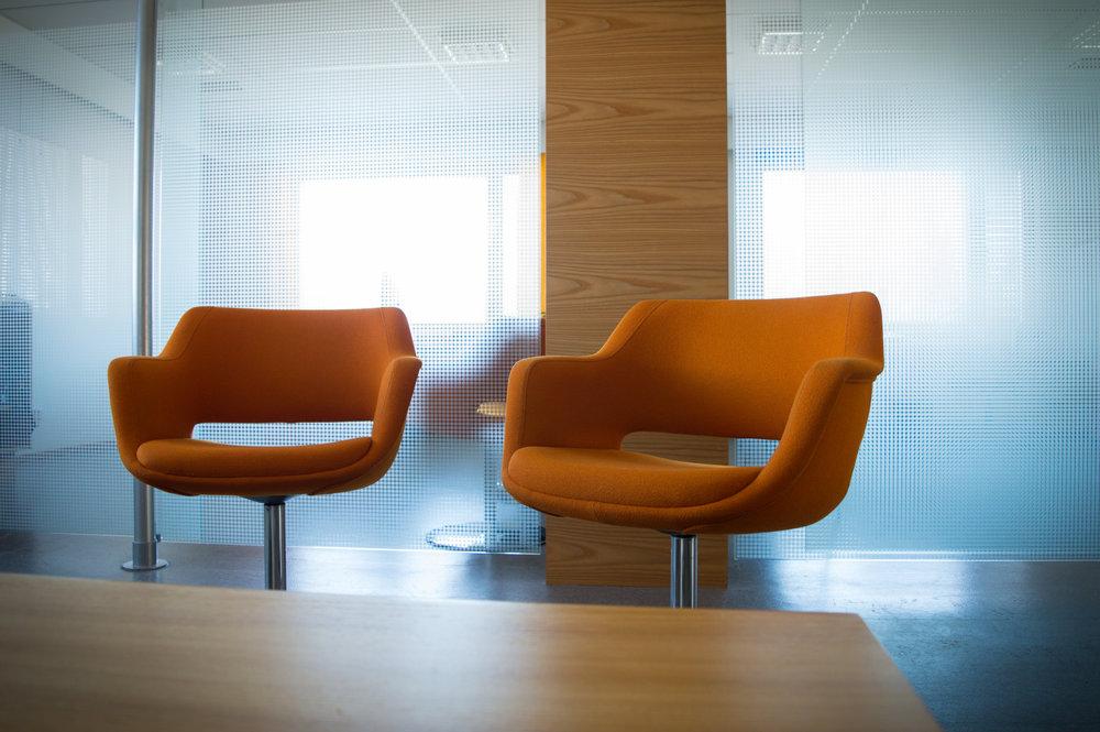 Yritystalo-0202_oranssit_tuolit.jpg