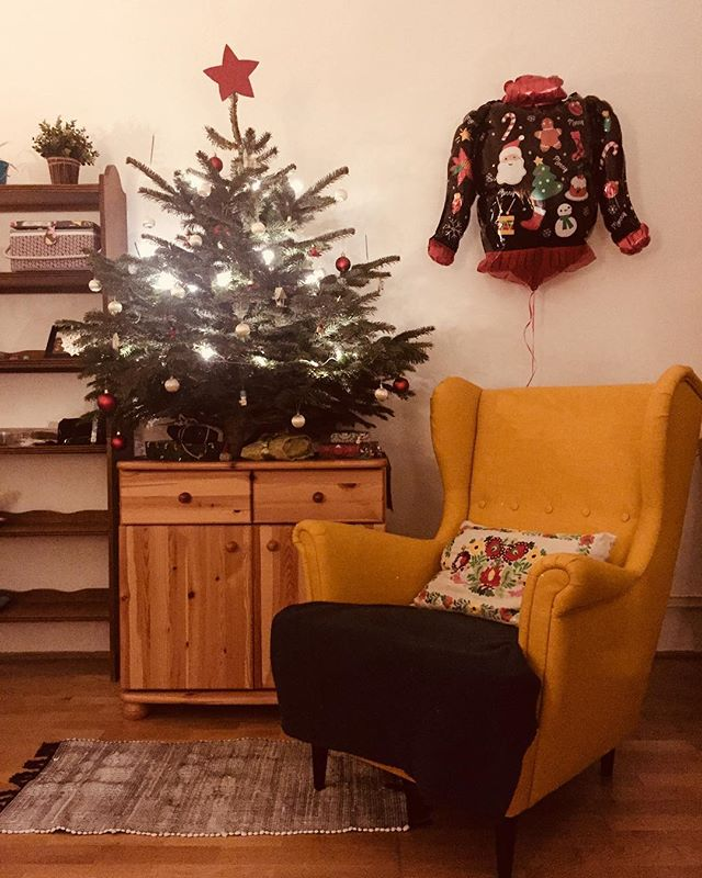 Who's ready for Christmas?!?? I sure am!! 🤩🎄✨ . . . . #christmas #christmastree #christmasgifts #giftsunderthetree #presents #christmaspresents #christmaslights #cozy #home #homedecor #winter #lights #twinklelights #star #armchair #ikea #love #ilovechristmas