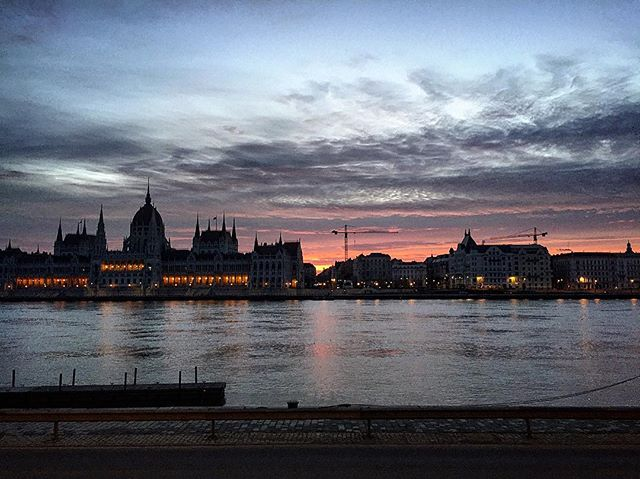 These Budapest mornings though... 😍 I should wake up early more often 🙄  #budapest #skyline #sunrise #hungary #budapestskyline #welovebudapest #morninglight #skies #clouds #river #danube #parliamentofhungary #rakpart #duna #reggelifények