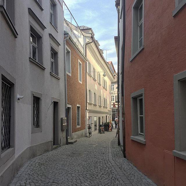 #ihaveathingforwalls #colorfularchitecture #bregenz #streetphotography #lightandshadow #oldtown
