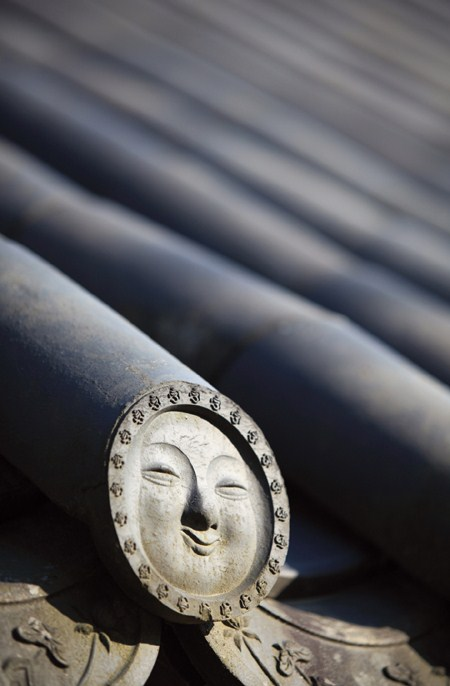 coloryoursoulalways :      Smiling roof tiles of Hwaeomsa Temple in South Korea.