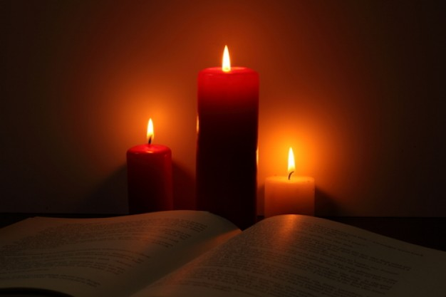 christmas-eve--black-background--object--candle_3336532.jpg