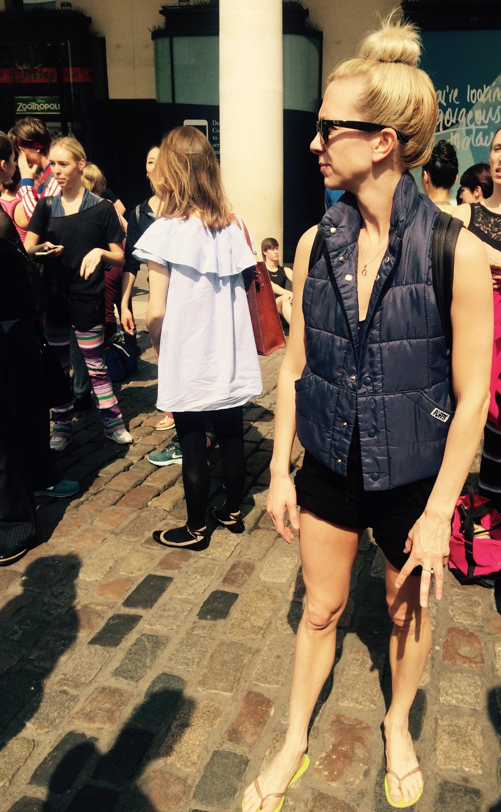 High bun, gillet, ballet shorts and flip flops ? Sian makes it work !